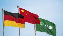巴斯夫在南京的第一套独资生产装置门前旗帜飘扬,这一生产水处理和造纸化学品的生产基地为多个业务部门提供产品,包括絮凝剂、叔丁胺以及其它公用设施。