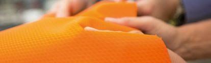 Der Europa-Lizenznehmer EM.tec Design GmbH in Bingen produziert mit der valure® Technologie der BASF qualitativ hochwertige Oberflächentechnologien. Neben der optischen Kontrolle des valure® Produkts, wird auch eine haptische Begutachtung der feinen Strukturen durchgeführt.