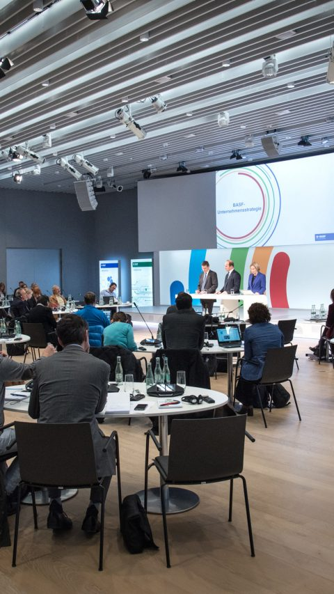 Dr. Hans-Ulrich Engel (links), stellvertretender Vorstandsvorsitzender, Dr. Martin Brudermüller, Vorstandsvorsitzender, und Anke Schmidt, Senior Vice President Corporate Communications & Government Relations, bei der Strategie-Pressekonferenz, 2018