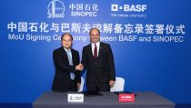 Mr. Dai Hou-Liang (left), Chairman of the Board and the President of SINOPEC Incorporation, and Dr. Martin Brudermueller, Chairman of the Executive Board of Directors, BASF SE, have signed a Memorandum of Understanding to expand the two companies' cooperation in China.