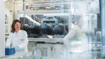 巴斯夫推动电动汽车电池材料创新,力求在2025年前让中型车的单次充电可行驶里程翻倍,从现在的300公里增加至600公里。