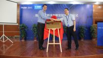 Management team from Haier and BASF unveil the Innovation Lab plaque Left: Mr. Gu Feng, Vice Director of Business Management Consumer, Performance Materials Greater China, BASF Right: Mr Xia Zhong Liang, Senior Manager, Technical Center, Haier