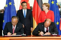 Martin Brudermüller (right, first row), BASF's Chairman of the Board of Executive Directors, and Lin Shaochun (left, first row), Executive Vice Governor of Guangdong Province, signed a non-binding Memorandum of Understanding in Berlin, in the presence of Germany's Chancellor Angela Merkel (right, back row) and the Chinese Premier Li Keqiang (left, back row). (Photo credit: German Federal Government)