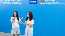 來自瑪利曼中學的獲勝隊伍向評判介紹她們「薑汁撞奶」實驗的設計概念。