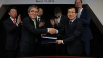 Mr. Jae Young Lim, Head of Chemicals Business, BASF Korea (left) and Mr. Hee Goo Jang, CEO of Kolon Plastics are shaking their hands after signing the agreement contract.