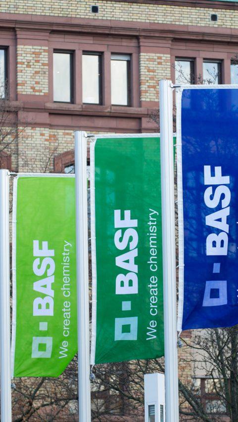 BASF steht für Chemie, die verbindet – für eine nachhaltige Zukunft. Wir verbinden wirtschaftlichen Erfolg mit dem Schutz der Umwelt und gesellschaftlicher Verantwortung. Mehr als 115.000 Mitarbeiter arbeiten in der BASF-Gruppe daran, zum Erfolg unserer Kunden aus nahezu allen Branchen und in fast allen Ländern der Welt beizutragen.
